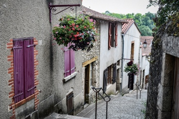 A steep and narrow cobbled street between houses in the old city of Clisson